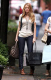 th_07062_Blake_Lively_on_the_set_of_Gossip_Girl-003_122_1004lo.jpg