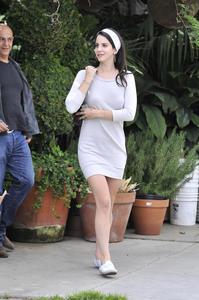 http://img172.imagevenue.com/loc141/th_159108350_LanaDelRey_OAHollywood_October11_2012_22_122_141lo.jpg