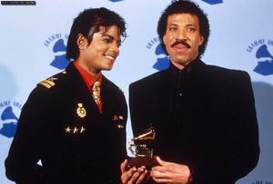 1986- The 28th Grammy Awards Th_799221661_MJAndLionelRichie_122_180lo