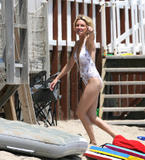 Heather Locklear Learns To Surf In a Bikini Foto 146 (Хизер Локли Learns To Surf в бикини Фото 146)