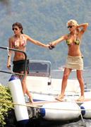 Sublime Elisabetta Canalis en bikini string avec ses copines hot - hot.curul.fr